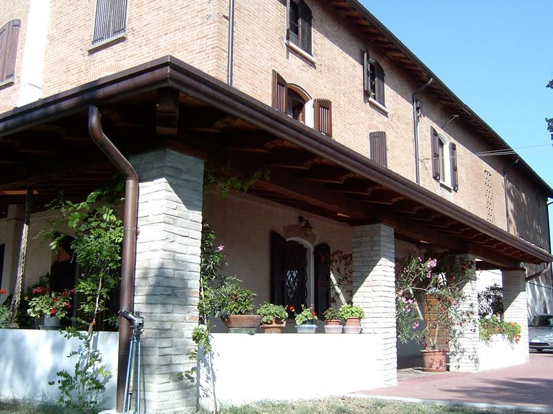 Galleria fotografica pensiline portici in legno lamellare for Portico anteriore a trave aperta
